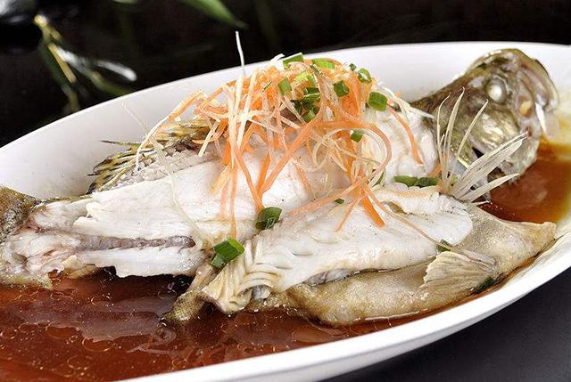 清蒸鱼用淡水鱼好还是海水鱼好?几个小诀窍,让你做鱼更香更鲜!
